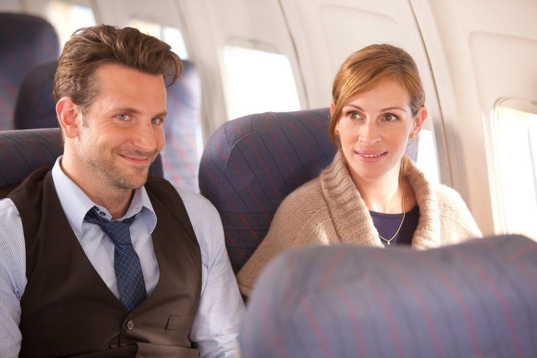 Ein langer Flug nach L.A. bringt den frischen Single Holden (Bradley Cooper, l.) und die für einen Tag beurlaubte Offizierin Kate Hazeltine (Julia R... - Bildquelle: 2010 Warner Bros.