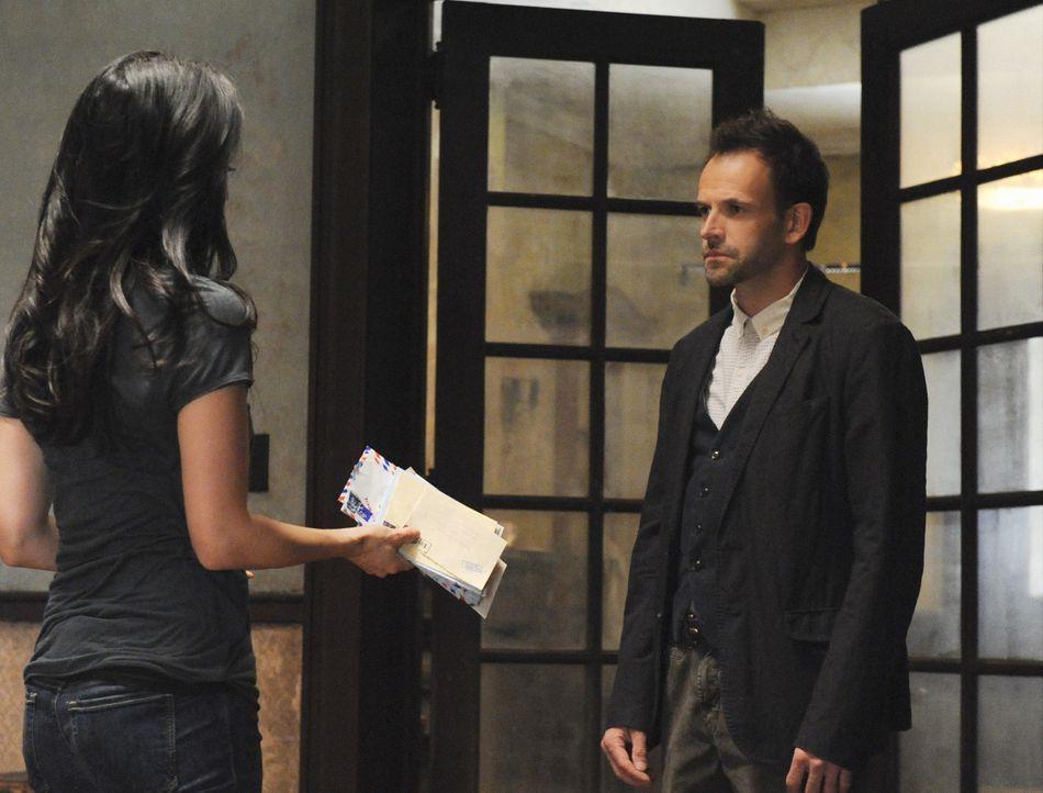 Da Joan Watson (Lucy Liu, l.) mit ihren Nachforschungen in Sherlock Holmes (Jonny Lee Miller, r.) Vergangenheit und ihrer Frage nach Irene zu weit g... - Bildquelle: CBS Television