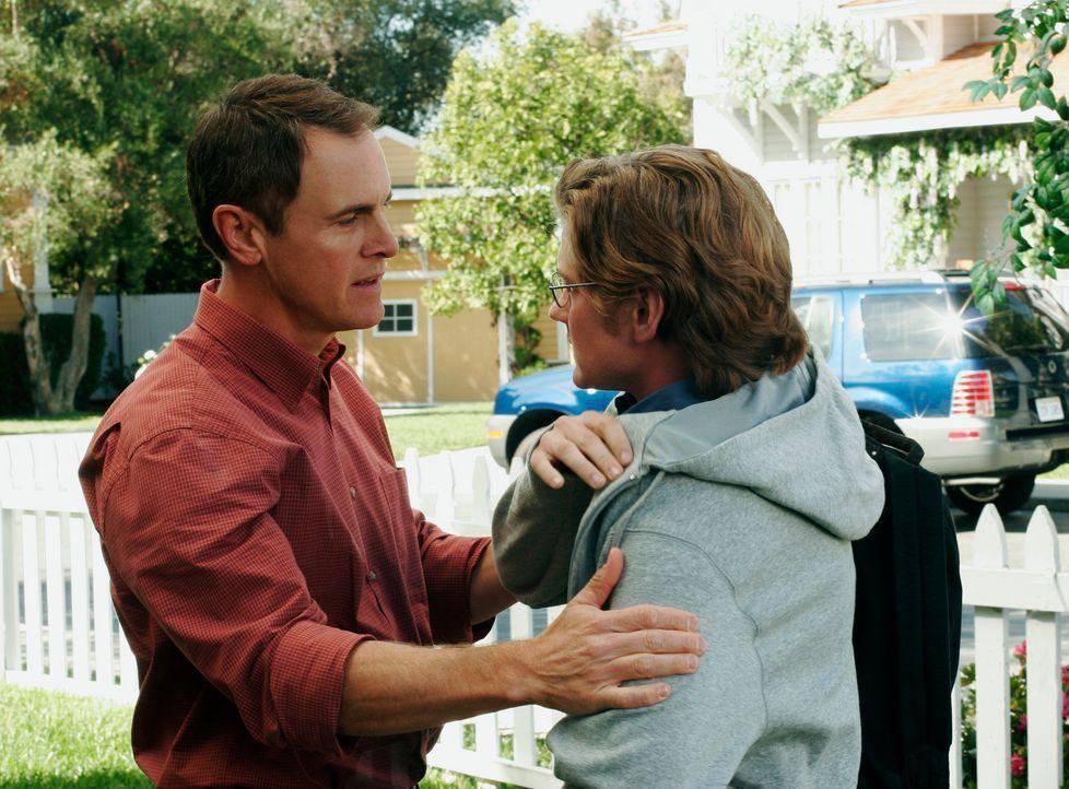 Überrascht nimmt Paul (Mark Moses, l.) Zach (Cody Kasch, r.) in die Arme, der wieder in die Wisteria Lane zurückgekommen ist ... - Bildquelle: 2005 Touchstone Television  All Rights Reserved