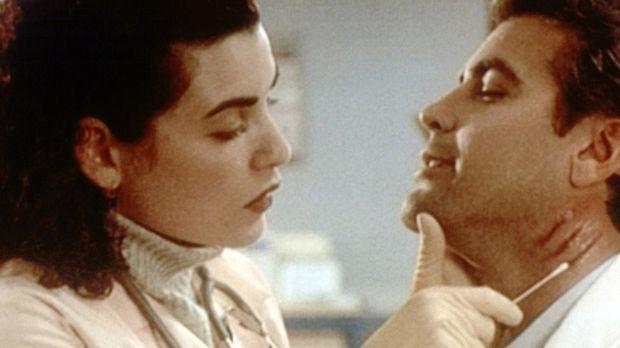 Hathaway (Julianna Margulies, l.) kümmert sich um den von einer aufgebrachten...