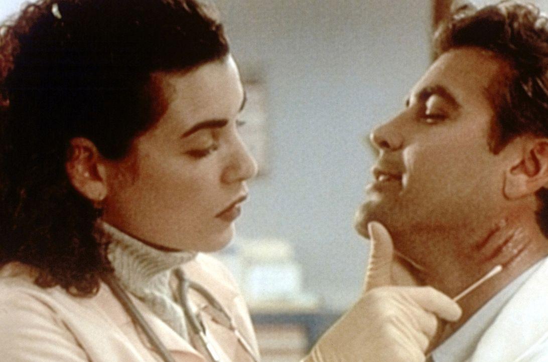 Hathaway (Julianna Margulies, l.) kümmert sich um den von einer aufgebrachten Dame zerkratzten Dr. Ross (George Clooney, r.). - Bildquelle: TM+  WARNER BROS.