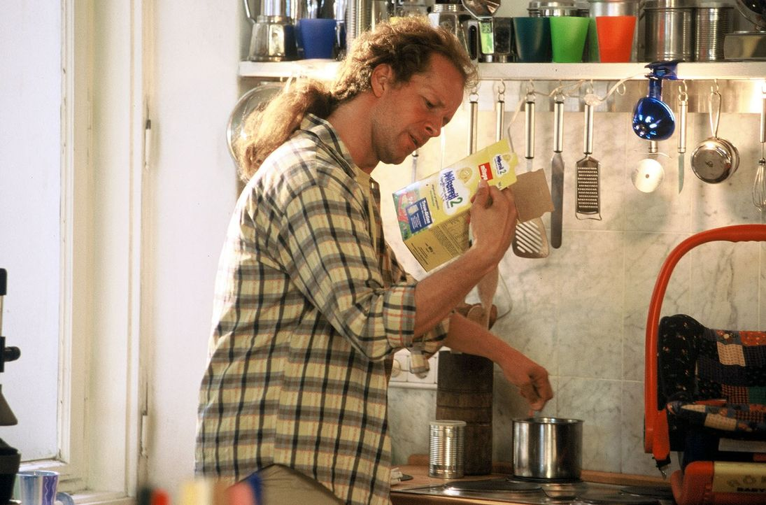 Victor (Jochen Horst) ist im Stress, so ein Baby macht viel Arbeit. - Bildquelle: Spitz Sat.1