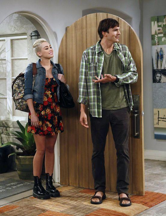 Mit dem Besuch von Missi (Miley Cyrus, l.) muss Walden (Ashton Kutcher, r.) einsehen, dass seine Jugend vorüber ist ... - Bildquelle: Warner Brothers Entertainment Inc.