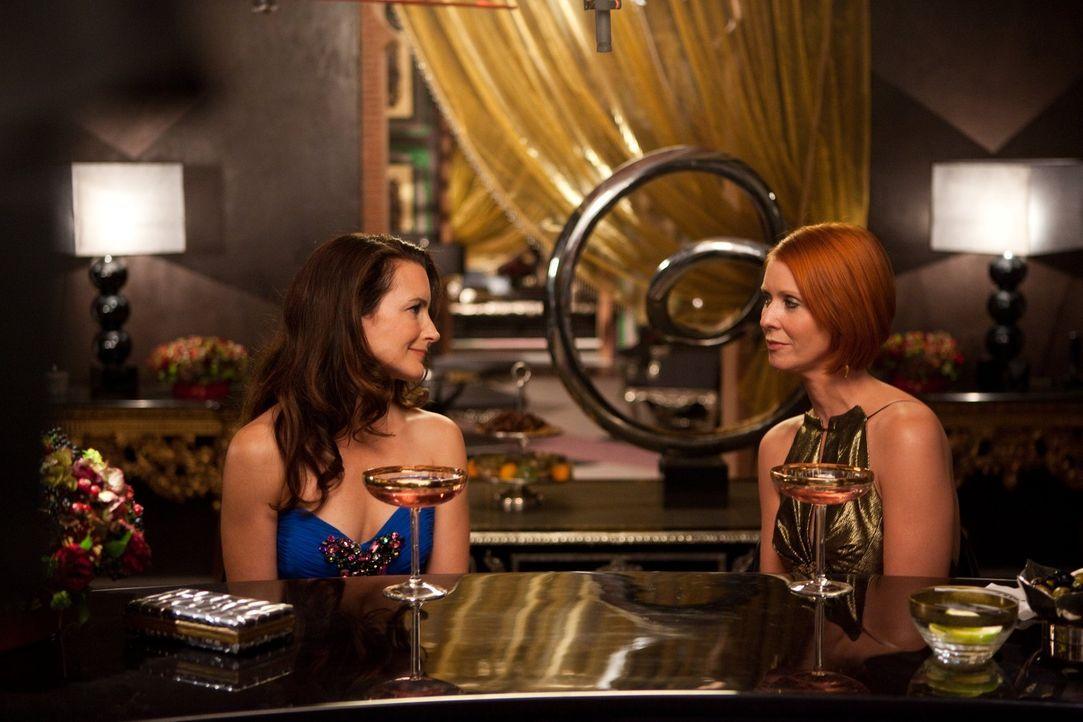 Manchmal muss man einfach alles hinter sich lassen: Charlotte (Kristin Davis, l.), die sich in ihrer Rolle aus Mutter überfordert fühlt, und Miran... - Bildquelle: Warner Brothers