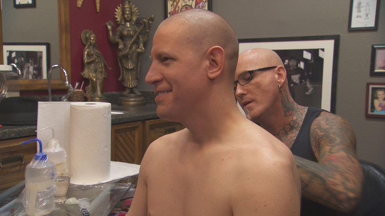 Dirk (r.) konnte John (l.) überzeugen, sich nochmal unter die Nadel zu legen, um das verunglückte Tattoo mit dem Portrait seiner Frau in etwas Anseh... - Bildquelle: 2013 A+E Networks, LLC
