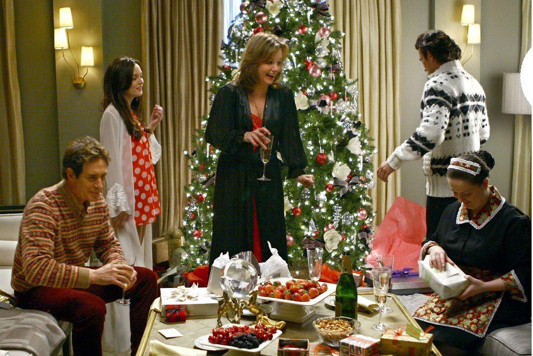 Endlich ist es soweit und die Geschenke können ausgepackt werden: (v.l.n.r.) Harold (John Shea), Blair (Leighton Meester), Eleanor (Margaret Colin)... - Bildquelle: Warner Brothers