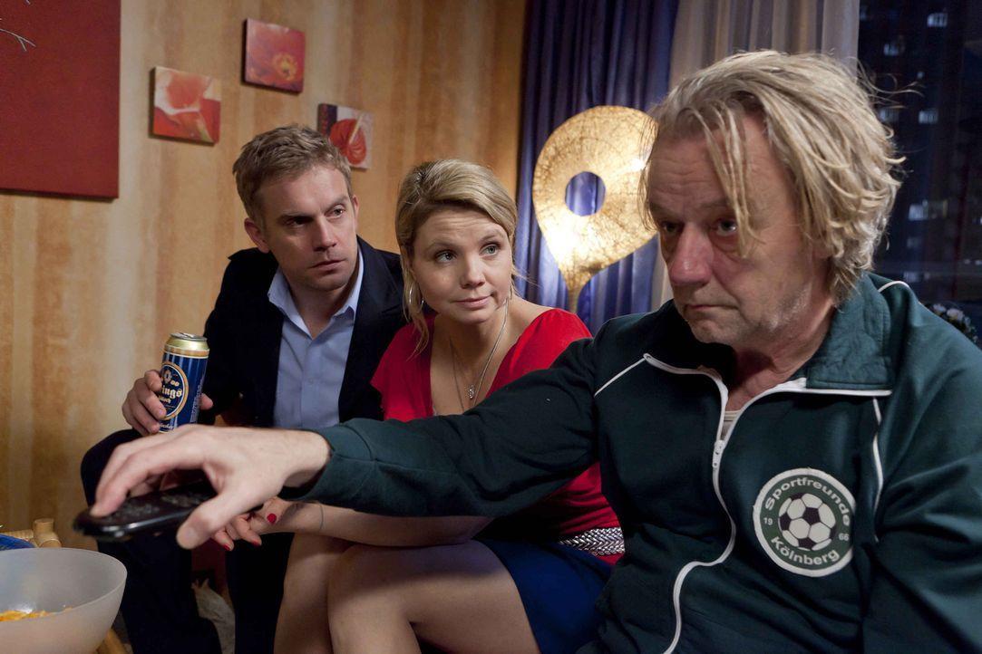 Ein besonders gemütlicher Abend: Danni (Annette Frier, M.), Sven (Sebastian Bezzel, l.) und Kurt (Axel Siefer, r.) ... - Bildquelle: SAT.1