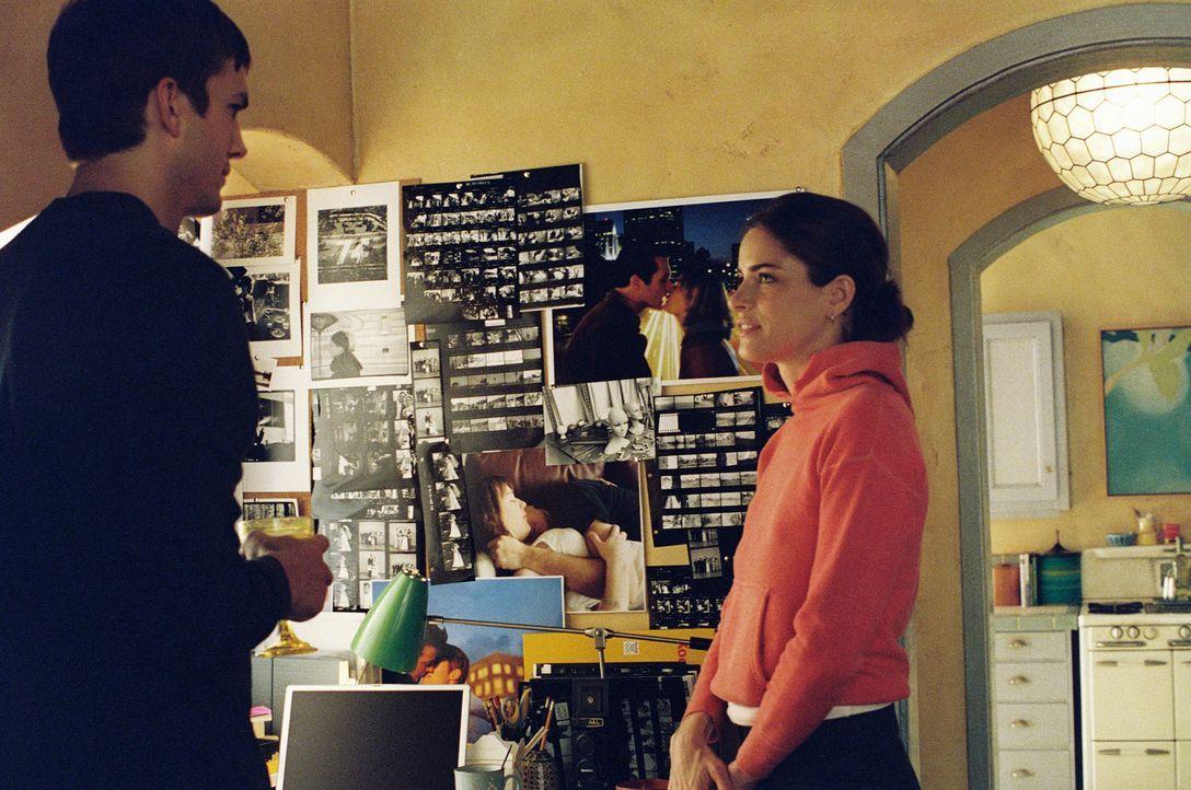 Emily (Amanda Peet, r.) ist gerade in einer extremen Punk-Phase, als sie Oliver (Ashton Kutcher, l.) kennen lernt. Obwohl Oliver eher ein biederer T... - Bildquelle: Ben Glass & Demmie Todd Touchstone Pictures. All rights reserved