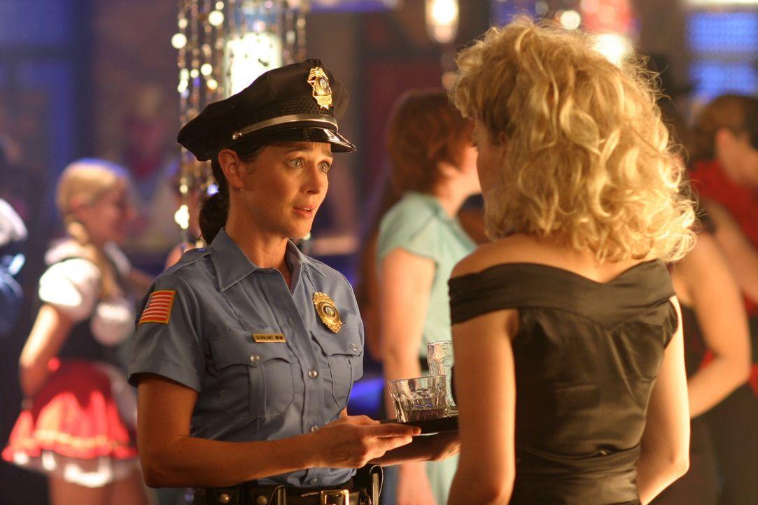 Der Maskenball bei Karen (Moira Kelly, l.) steht bevor: Haley (Bethany Joy Galeotti) lässt sich das natürlich nicht entgehen ... - Bildquelle: Warner Bros. Pictures