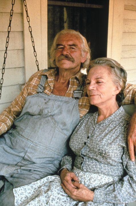 Die guten Seelen im Hause Walton: Großvater Sam (Will Geer, l.) und Großmutter Ester (Ellen Corby, r.) - Bildquelle: WARNER BROS. INTERNATIONAL TELEVISION