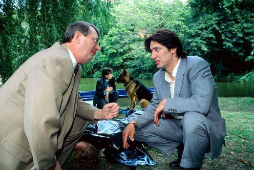 Kommissar Rex - Gerichtsmediziner Dr. Graf (Gerhard Zemann, l.) und Kommissar...