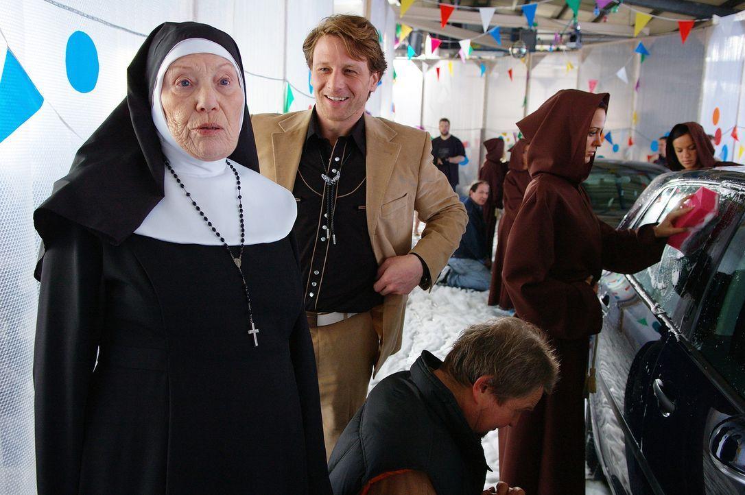Hilf dir selbst, dann hilft dir Gott: Tante Rabiata (Ingeborg Lapsien, l.) hat halt einen direkteren Draht zu Gott als Hart (Hendrik Duryn, M.) ... - Bildquelle: action image