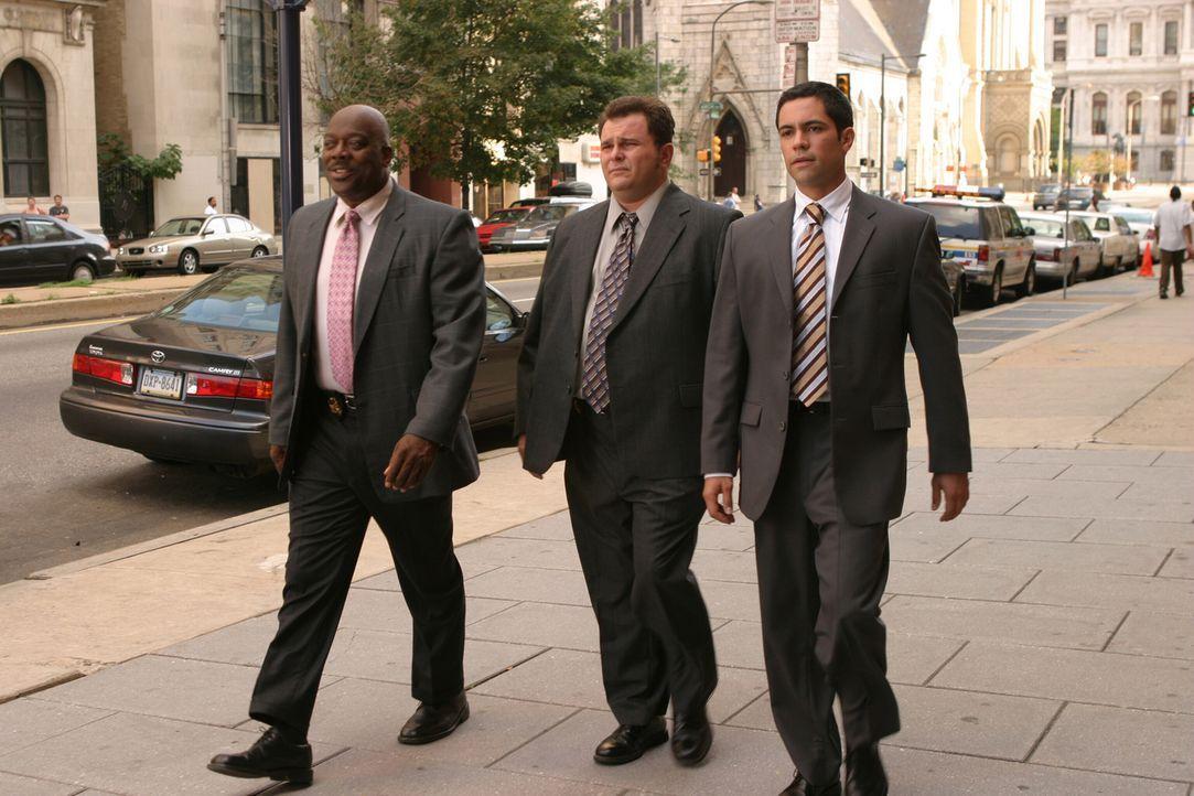 Wollen mehr üder den Tod von Jimmy im Jahre 1988 herausfinden: Will (Thom Barry, l.), Nick (Jeremy Ratchford, M.) und Scott (Danny Pino, r.) - Bildquelle: Warner Bros. Television