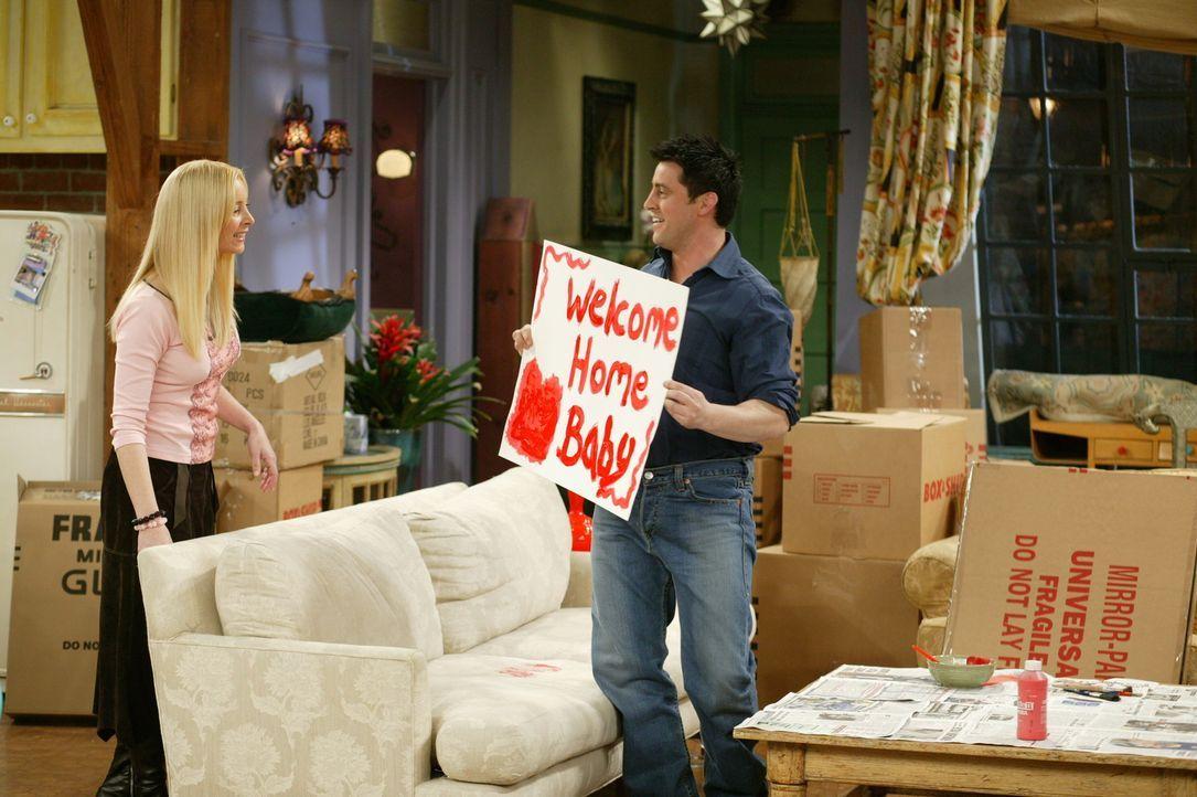 Phoebe (Lisa Kudrow, l.) und Joey (Matt LeBlanc, r.) haben sich für den Empfang des Babys, etwas Besonderes einfallen lassen ... - Bildquelle: 2003 Warner Brothers International Television