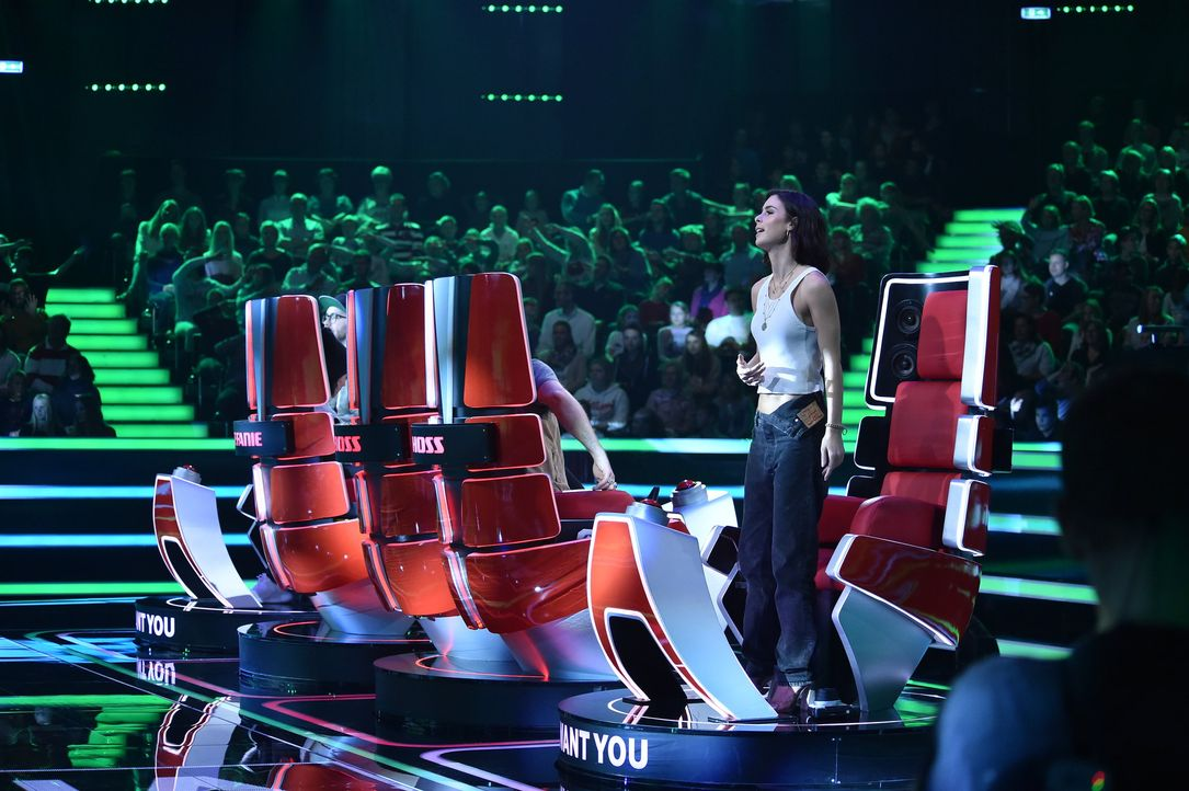 Lena steht im Stuhl - Bildquelle: André Kowalski