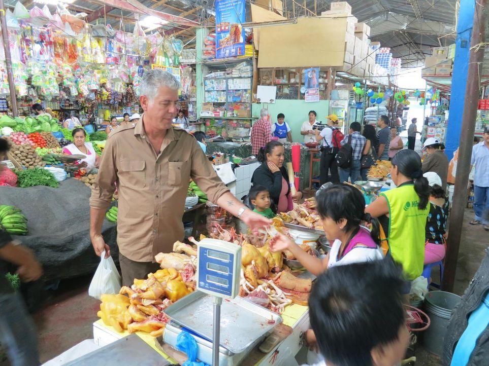 Auf seiner kulinarischen Reise begibt sich Anthony Bourdain (l.) nach Peru. Ein ganz besonderes Erlebnis für ihn ... - Bildquelle: 2013 Cable News Network, Inc. A TimeWarner Company. All rights reserved.