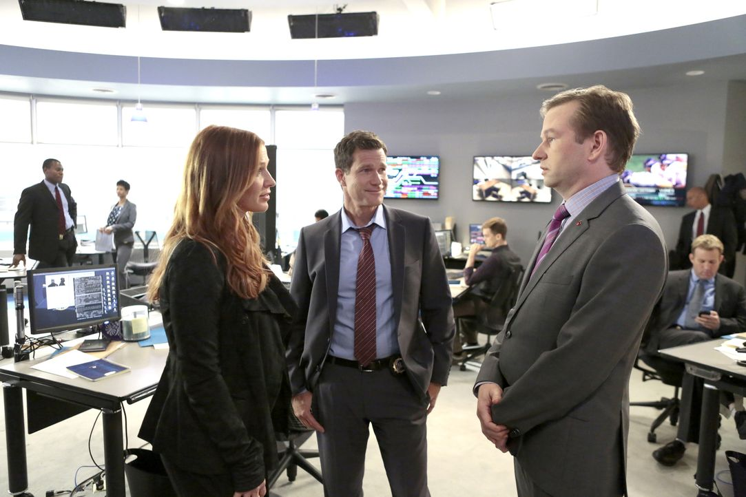 Bei der Suche nach den Bankräubern setzt Eliot Delson (Dallas Roberts, r.) voll auf seine beiden Ermittler Carrie Wells (Poppy Montgomery, l.) und A... - Bildquelle: 2013 Sony Pictures Television Inc. All Rights Reserved.