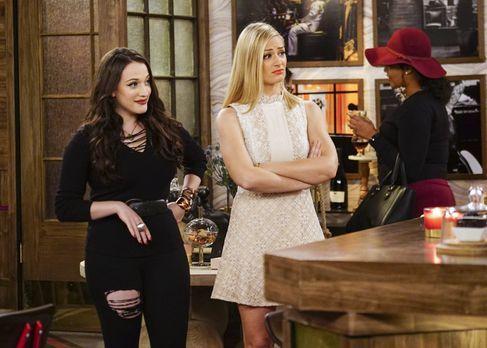 Max (Kat Dennings, l.) versichert Caroline (Beth Behrs, M.), dass sie mit ihr...