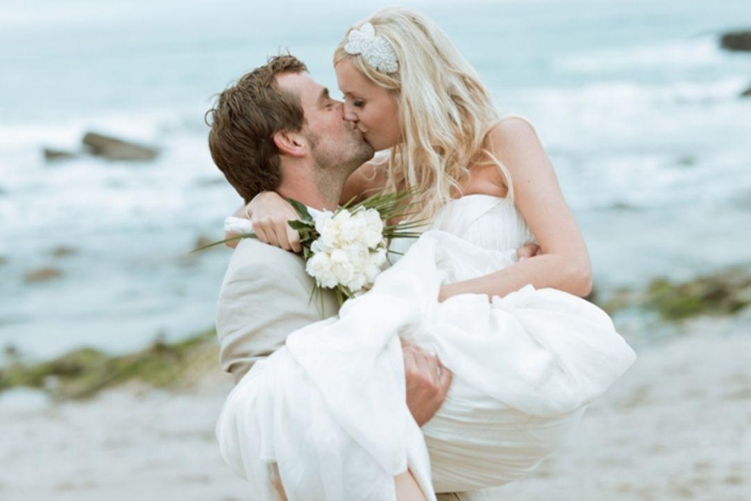 Laura (r.) und Mitch (l.) wollen nach vier Jahren Beziehung nun endlich heiraten. Doch Mitch ist bereits eine Ehe eingegangen - mit seinem Surfbrett...