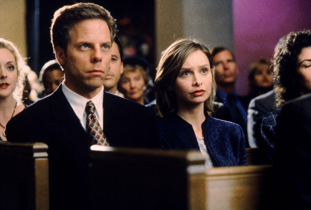 Richard (Greg Germann, 2.v.l.) begleitet Ally (Calista Flockhart, M.) zur Beerdigung ihres ehemaligen Professors James Dawson, mit dem Ally damals e... - Bildquelle: Twentieth Century Fox Film Corporation. All rights reserved.