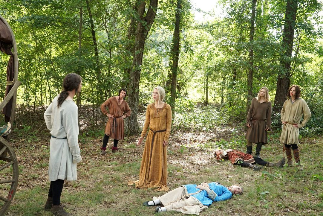 Als Familie flüchteten Elijah (Daniel Gillies, l.), Finn (Casper Zafer, 2.v.l.), Rebekah (Claire Holt, M.), Klaus (Joseph Morgan, 2.v.r.) und Kol (N... - Bildquelle: Warner Bros. Entertainment Inc.