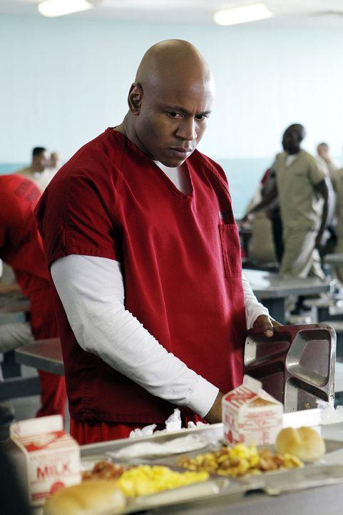 Moe, der im Gefängnis seine Strafe verbüßt, wird im Zuge eines Aufnahmeritus einer Gang schwer zusammengeschlagen. Sam (LL Cool J) wird vom Krank... - Bildquelle: CBS Studios Inc. All Rights Reserved.