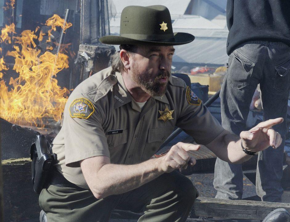 Charlie (Jim Beaver) will gerade die Insel evakuieren, als eine Bombe losgeht ... - Bildquelle: 2009 CBS Studios Inc. All Rights Reserved.