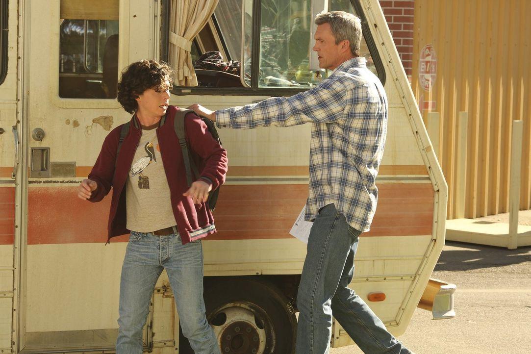 Axl (Charlie McDermott, l.); Mike (Neil Flynn, r.) - Bildquelle: Warner Brothers
