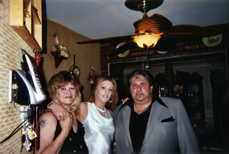 Eigentlich hatte Tabitha (M.) immer ein gutes Verhältnis zu ihrem Vater Richard (r.) und ihrer Stiefmutter Sandra (l.). Trotzdem genießt sie es, mit... - Bildquelle: 2013 Oxygen Cable LLC. ALL RIGHTS RESERVED.