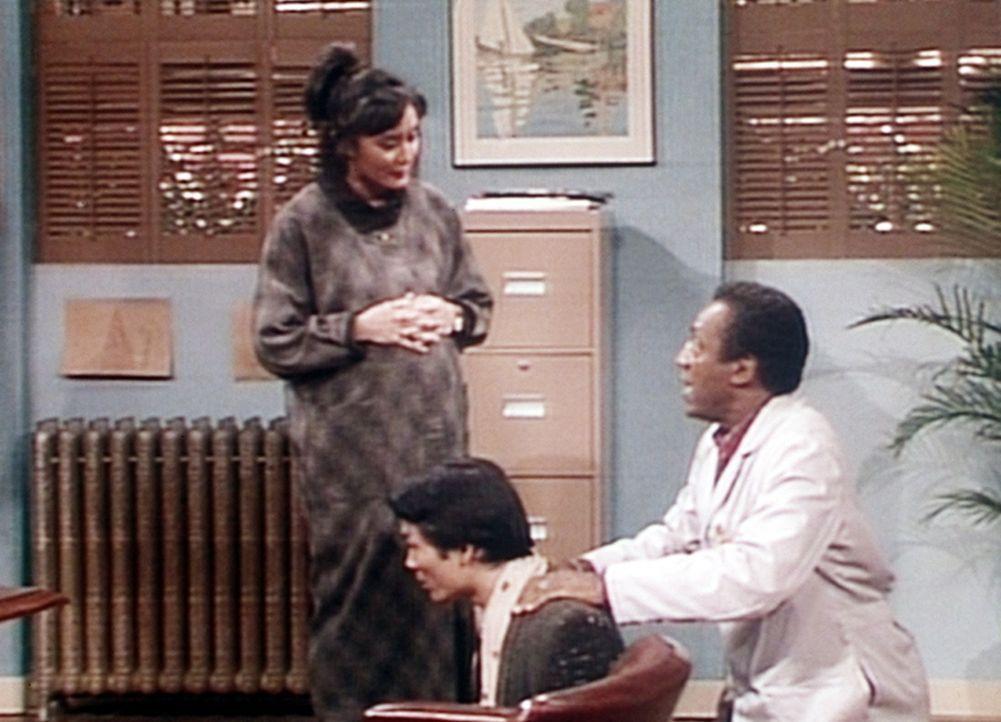 """Cliff (Bill Cosby, r.) hat Probleme mit dem Mann von Mrs. Yamato (l.), der bald Vater wird und schon beim Wort """"Wehen"""" in Ohnmacht fällt. - Bildquelle: Viacom"""