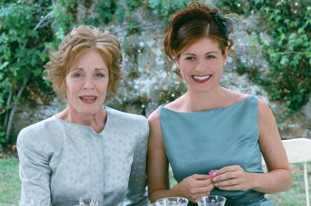 Kat (Debra Messing, r.) stellt ihrer Mutter (Holland Taylor, l.) den gebuchten Callboy Nick als ihren Verlobten vor ... - Bildquelle: Gold Circle Films