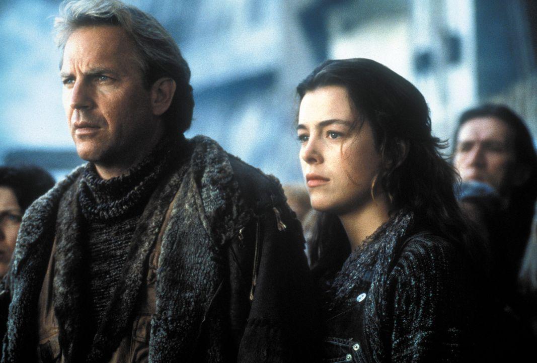 Nach dem Krieg verbreitet Bethlehem als Anführer einer Bande Angst und Schrecken. Hoffnung keimt unter den Menschen (Olivia Williams, r.) erst auf,... - Bildquelle: Warner Bros. Pictures