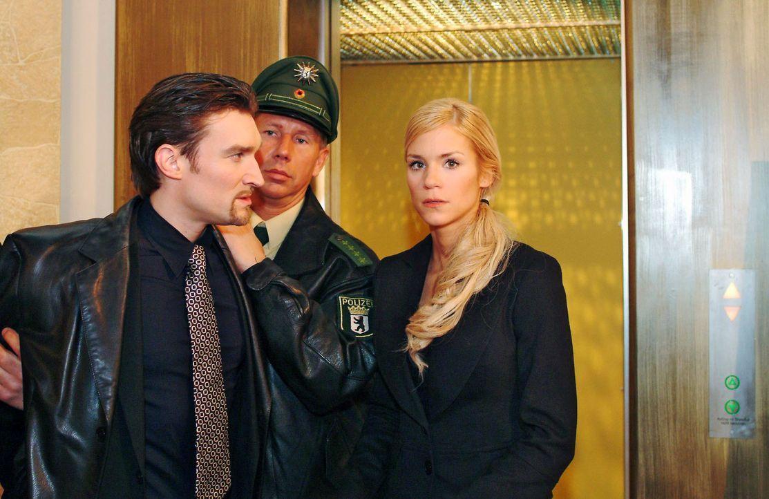 Sabrina (Nina-Friederike Gnädig, r.) ist schockiert, als sie Richard (Karim Köster, l.) wiederbegegnet. - Bildquelle: Monika Schürle Sat.1