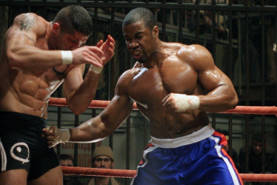 Boxer George Chambers (Michael Jai White, r.) landet im härtesten sibirischen Knast und soll dort gegen Yuri Boyka (Scott Adkins, l.) antreten. Cha... - Bildquelle: Nu Image Films