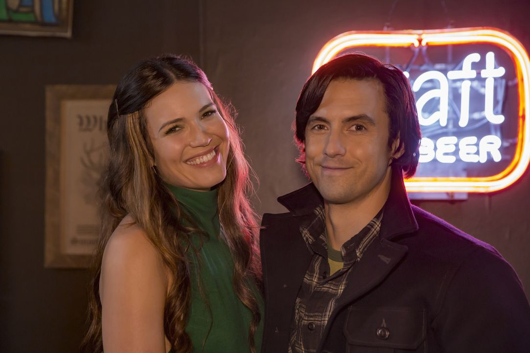 Bei einem Auftritt mit ihrer Band lernen sich Rebecca (Mandy Moore, l.) und Jack (Milo Ventimiglia, r.) kennen und lieben ... - Bildquelle: Ron Batzdorff 2016-2017 Twentieth Century Fox Film Corporation.  All rights reserved.   2017 NBCUniversal Media, LLC.  All rights reserved.