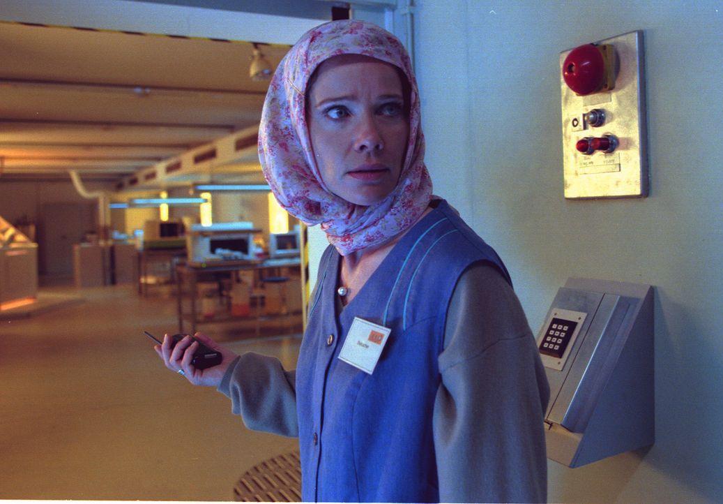 Damit Sonja (Ann-Kathrin Kramer) sich als Putzfrau verkleidet in den Hochsicherheitstrakt des Labors einschleichen kann, muss Jan sich hinter den Ku... - Bildquelle: Diane Krüger Sat.1