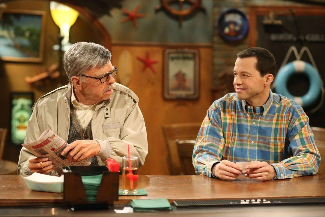 Sid Olsen (Jon Cryer, l.) und  Alan Harper (Jon Cryer, r.) unterhalten sich über Frauen ... - Bildquelle: Warner Bros. Television