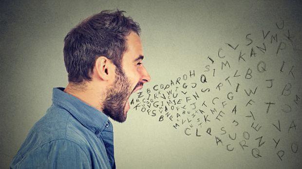 Mann schreit, Buchstaben fliegen aus seinem Mund