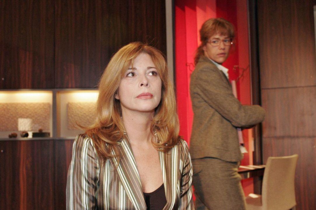 Lisa (Alexandra Neldel, r.) will von Laura (Olivia Pascal, l.), die sich große Sorgen um ihren Sohn macht, nichts über Davids Gefühle zu ihr hören.... - Bildquelle: Noreen Flynn Sat.1