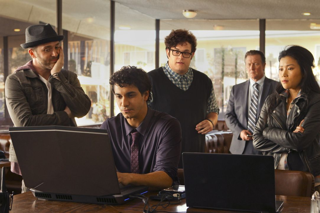 (1. Staffel) - Scorpion - ein Team mit besonderen Fähigkeiten: Walter O'Brien (Elyes Gabel, 2.v.l.), Toby Curtis (Eddie Kaye Thomas, l.), Sylvester... - Bildquelle: 2014 CBS Broadcasting, Inc. All Rights Reserved