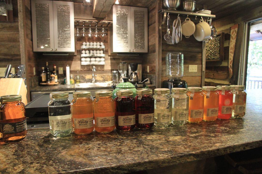 """Schnaps im Einmachglas: Den """"Smoky Moonshine""""-Whisky gibt es in verschiedenen Geschmacksrichtungen wie Apfel, Orange, Kirsche und Co ... - Bildquelle: 2014, The Travel Channel, L.L.C. All Rights Reserved."""