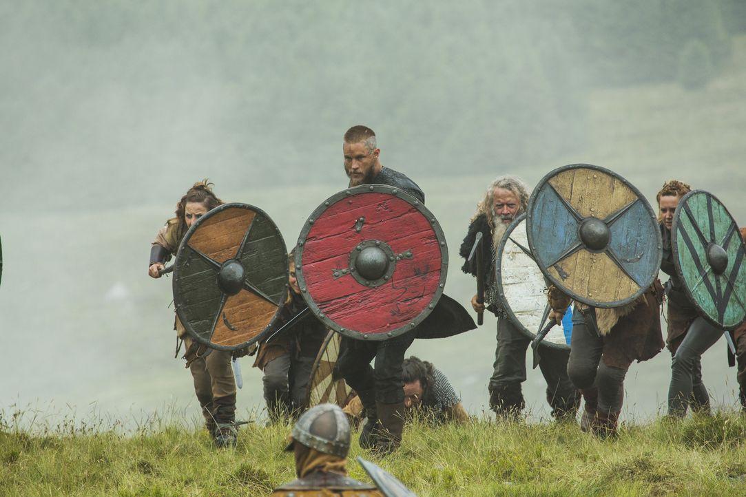 Zieht in Mercia mit seinen Männern in die Schlacht gegen Lord Burgred: Ragnar (Travis Fimmel, vorne) ... - Bildquelle: 2015 TM PRODUCTIONS LIMITED / T5 VIKINGS III PRODUCTIONS INC. ALL RIGHTS RESERVED.