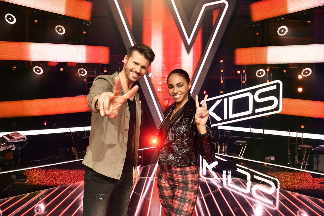 """Moderieren gemeinsam """"The Voice Kids"""": Thore Schölermann (l.) und Debbie Schippers (r.)  ... - Bildquelle: Andre Kowalski SAT.1/André Kowalski"""