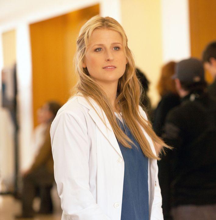 Die junge Assistenzärztin Emily Owens (Mamie Gummer) freut sich darauf, endlich ihre High School-Zeit hinter sich lassen zu können - doch das stimmt... - Bildquelle: 2012 The CW Network, LLC. All rights reserved.