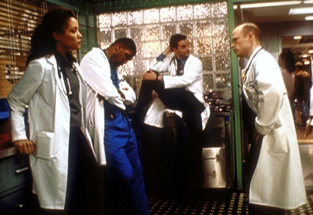 Dr. Romano (Paul McCrane, r.) maßregelt Benton (Eriq La Salle, 2.v.l.) und Cleo (Michael Michele, l.), weil sie das Leben eines Patienten gefährdet... - Bildquelle: TM+  2000 WARNER BROS.