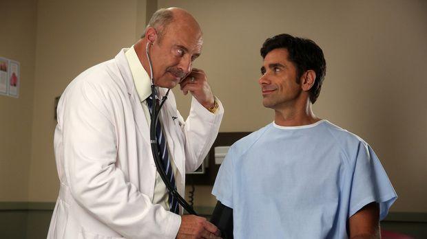 Weil Jimmy (John Stamos, r.) schon seit 20 Jahren nicht mehr beim Arzt war, b...