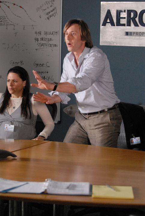 Beim monatlichen Projektleiter-Meeting kommt es zu einem Zwischenfall: Joe Dubois (Jake Weber, r.) und seine Kollegin Melinda (Katie Kreilsler, l.)... - Bildquelle: Paramount Network Television