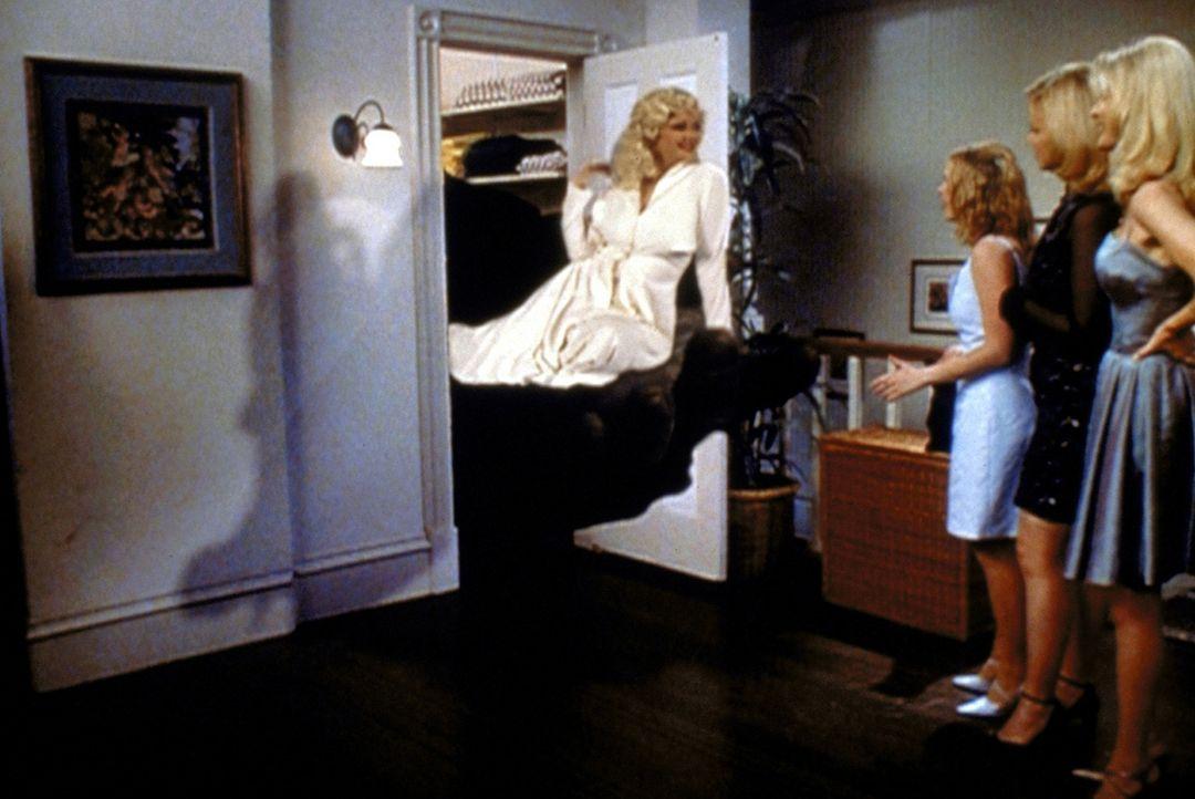 Sabrina (Melissa Joan Hart, 2.v.l.) hat das Familiengeheimnis noch immer nicht gelöst. Ihre Tanten Zelda (Beth Broderick, r.) und Hilda (Caroline R... - Bildquelle: Paramount Pictures