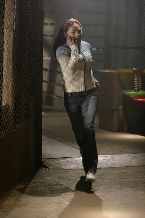 Panisch ruft Lana (Kristin Kreuk) Clark an. Der erhält den Anruf jedoch bereits, bevor das alles geschieht ... - Bildquelle: Warner Bros.