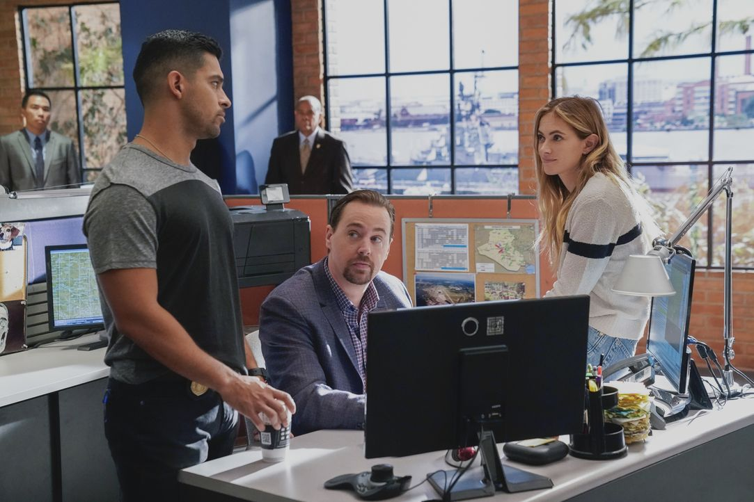 (v.l.n.r.) Nick Torres (Wilmer Valderrama); Timothy McGee (Sean Murray); Ellie Bishop (Emily Wickersham) - Bildquelle: Greg Gayne 2018 CBS Broadcasting, Inc. All Rights Reserved/Greg Gayne